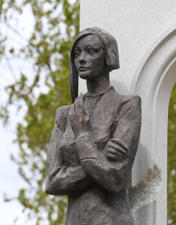 Памятник Ольге Бергольц в Палевском саду Санкт-Петербурга